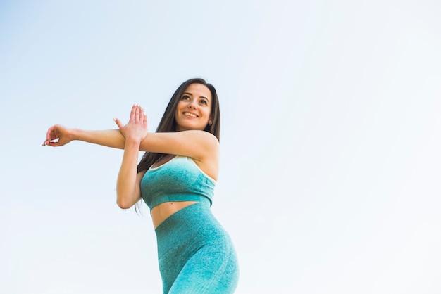 Chica atlética practicando deporte al aire libre Foto Premium