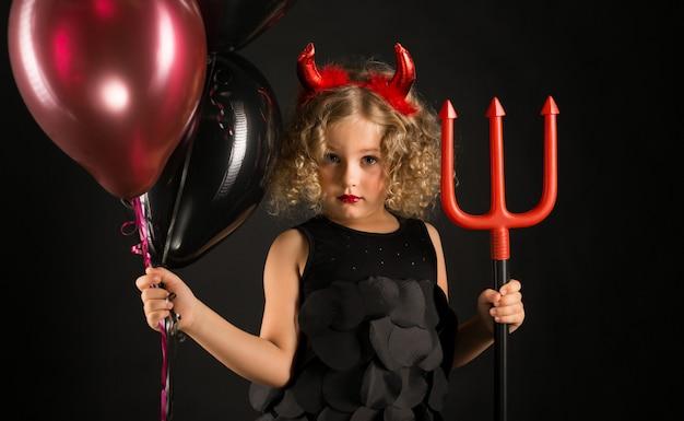 Chica atractiva en traje de demonios de halloween Foto Premium
