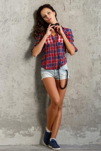 Chica con auriculares Foto gratis