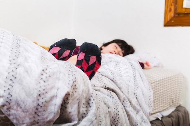 diversificado en envases patrones de moda última venta Chica con calcetines coloridos mientras duerme la siesta en ...