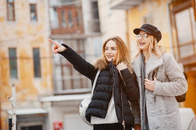 Chica en una ciudad de invierno Foto gratis