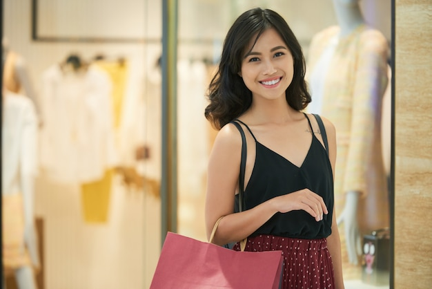 Chica de compras Foto gratis