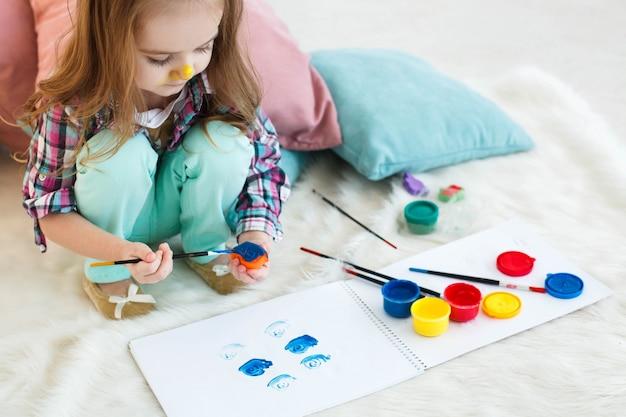 Chica con nariz amarilla pinta juguete en color azul for Casa amarilla musica
