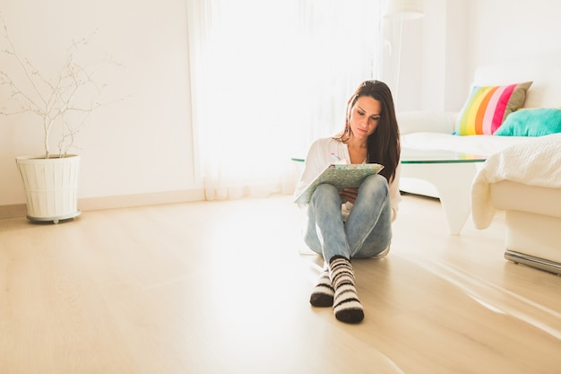 Chica sentada en el piso
