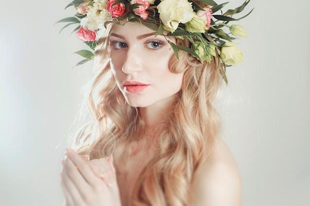 Chica con una corona de flores en la cabeza Foto Premium