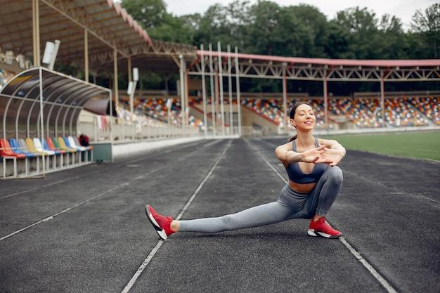 Chica deportiva entrenando en el estadio Foto gratis