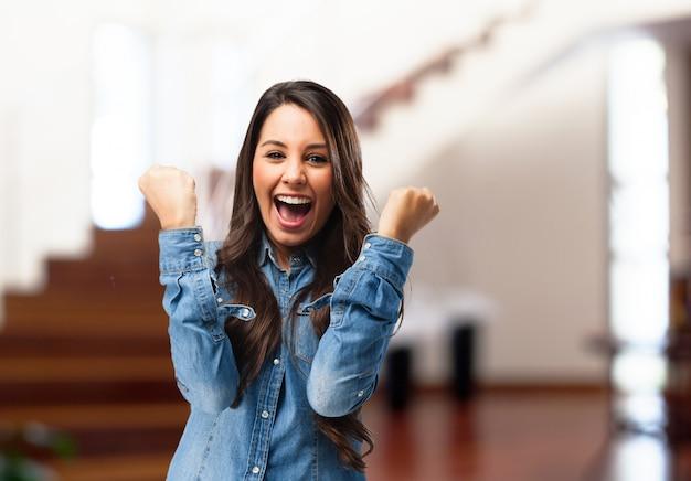 Chica divertida celebrando una victoria Foto gratis