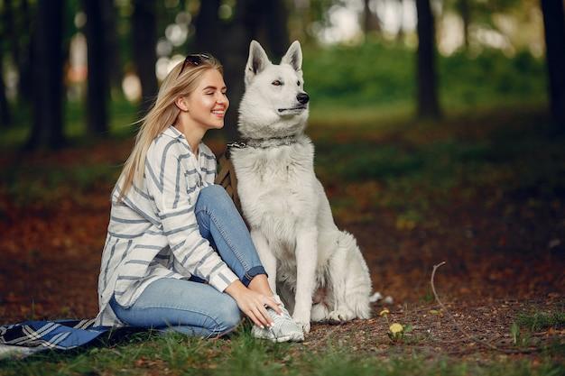 Chica elegante y con estilo en un bosque Foto gratis