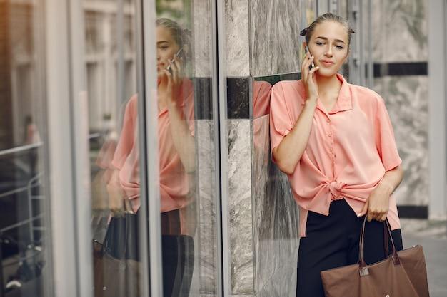 Chica elegante y con estilo en una ciudad veraniega Foto gratis