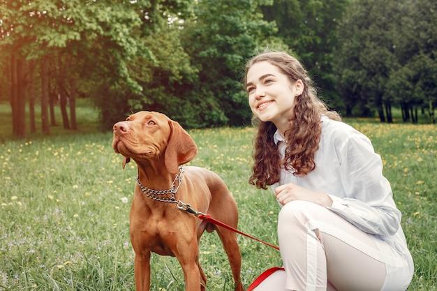 Chica elegante y con estilo en un parque de primavera Foto gratis