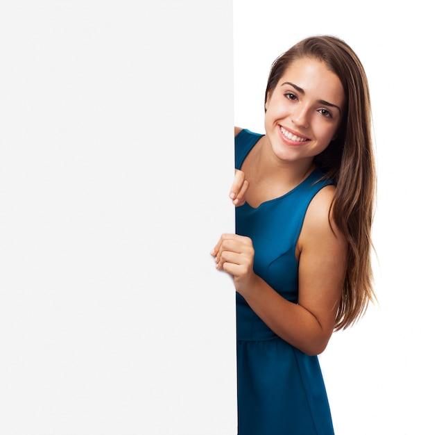 Chica elegante con un panel publicitario Foto gratis