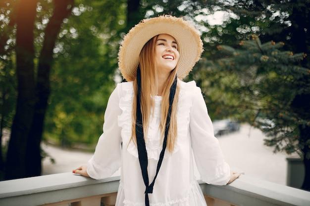 Chica elegante en un parque de primavera Foto gratis