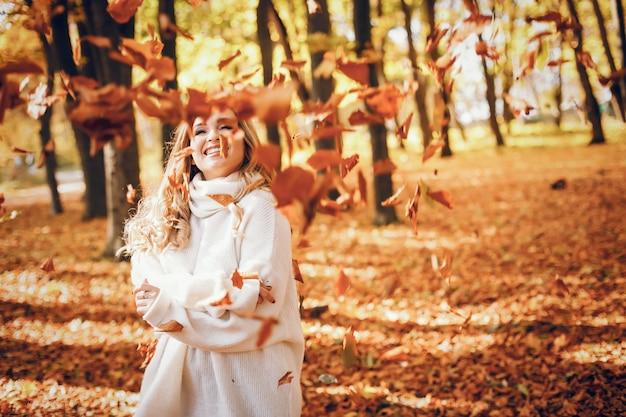 Chica elegante en un parque soleado de otoño Foto gratis