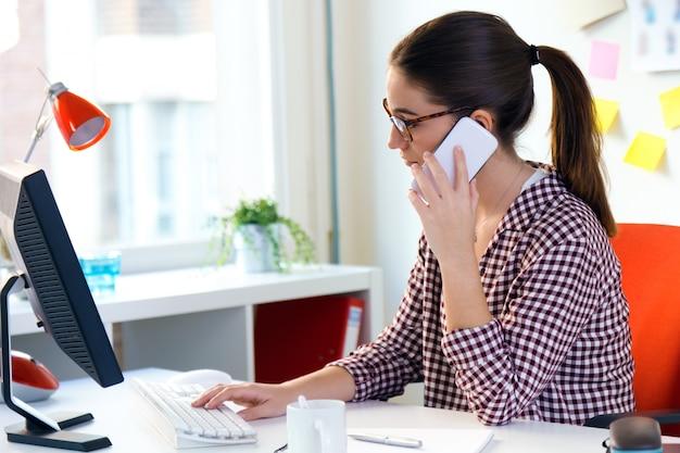 Chica en la oficina llamar a alguien en el tel fono for Follando en la oficina gratis