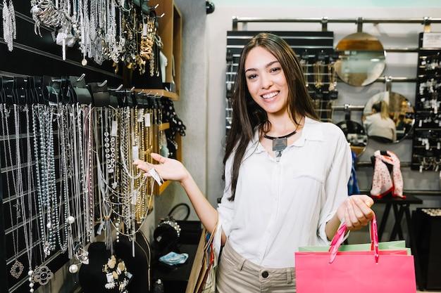Chica encantadora posando en tienda de accesorios Foto gratis