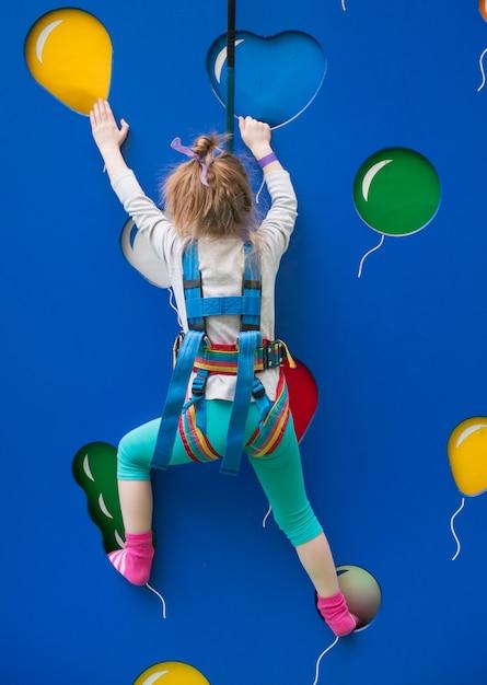 Chica entrenando en el rocódromo Foto Premium