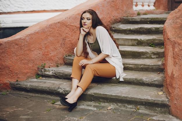 Chica en una escalera Foto gratis