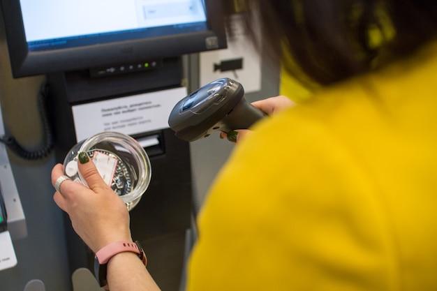 Chica escanea una compra en una tienda o supermercado Foto Premium