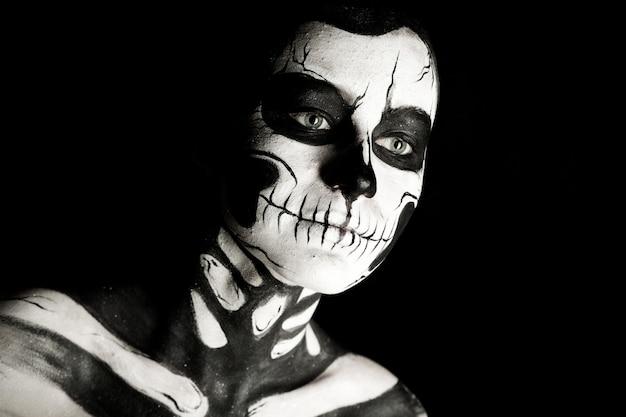 Chica con esqueleto maquillaje body painting Foto Premium