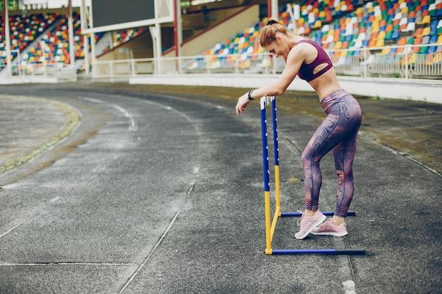 La chica en el estadio está jugando deportes. Foto gratis