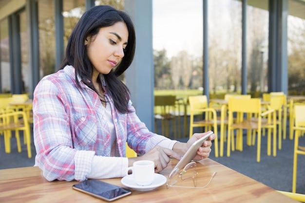Chica estudiante seria trabajando en proyecto de clase Foto gratis