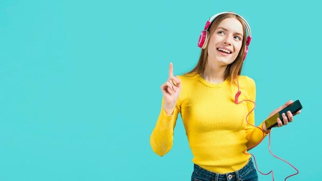 Chica feliz sonriendo Foto gratis