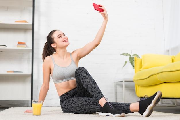 Chica fitness haciéndose un selfie Foto gratis