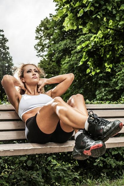 Chica fitness está trabajando en el parque Foto gratis