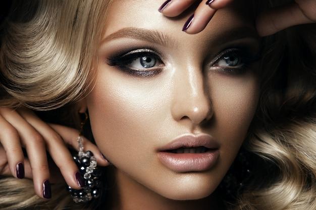 Chica guapa con maquillaje brillante Foto Premium