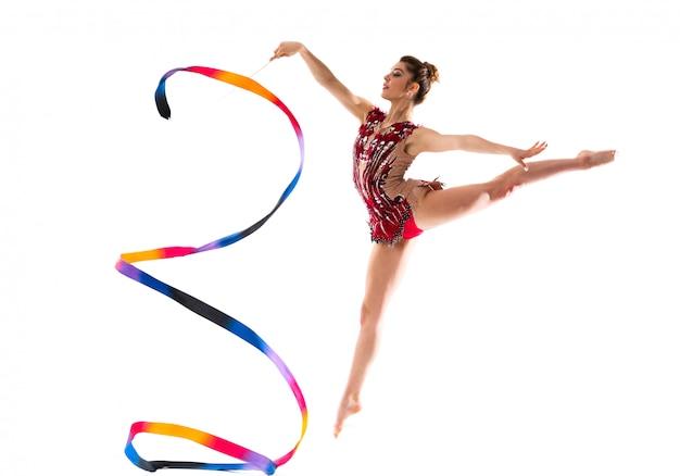 Chica haciendo gimnasia rítmica con salto de cinta Foto Premium