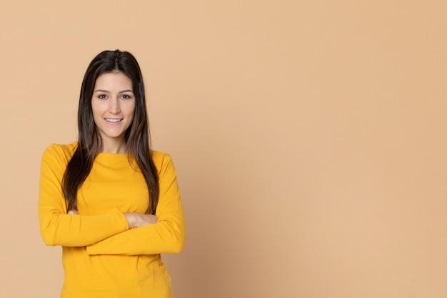 Chica joven atractiva con una camiseta amarilla Foto Premium