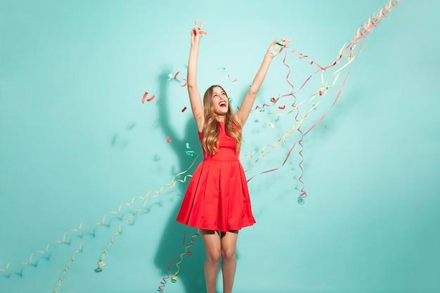 Chica joven bailando con confeti Foto gratis