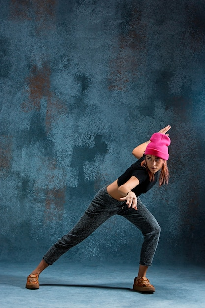 Chica joven break dance en azul. Foto gratis