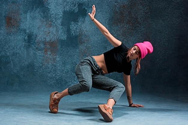 Chica joven break dance en la pared Foto gratis