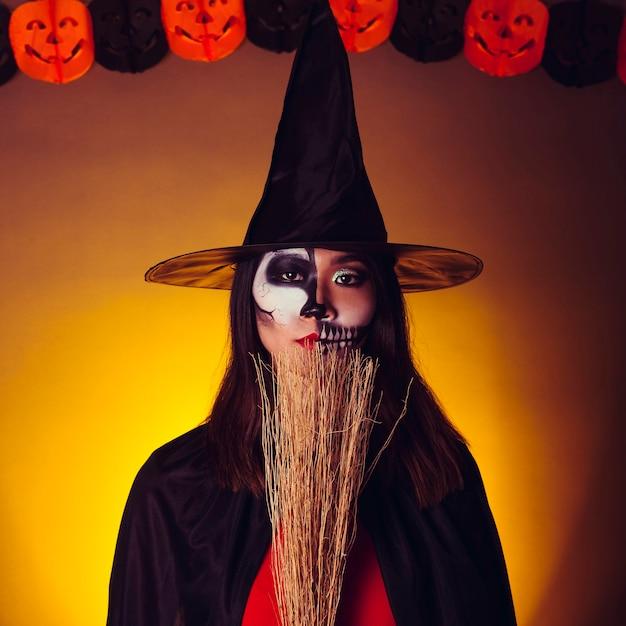 Chica joven en disfraz de bruja - Foto Gratis