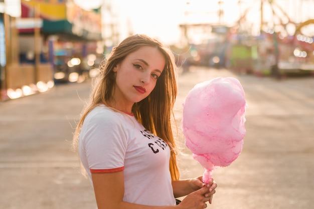 Chica joven divirtiéndose en el parque de atracciones Foto gratis