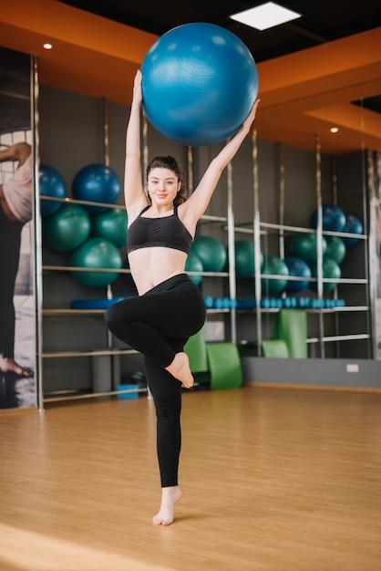 Chica joven entrenando en el gimnasio Foto gratis
