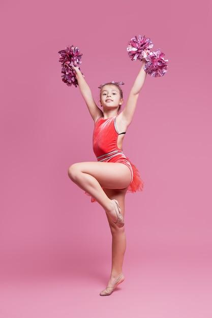 Chica joven gimnasta animadora haciendo un ejercicio Foto Premium