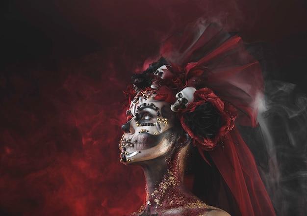 Chica joven en la imagen de santa muerte. Foto Premium