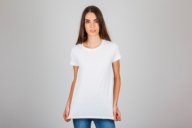 Chica joven posando con su camiseta Foto Premium