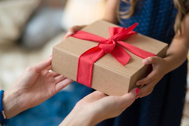 Chica joven con un regalo Foto gratis