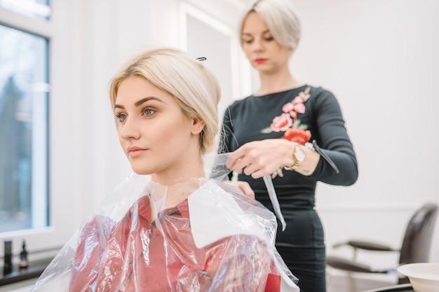 Chica joven en silla de peluquería Foto gratis
