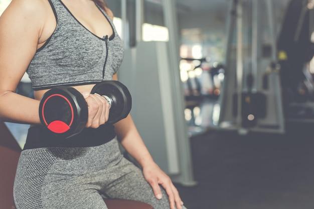 Chica jugando fitness en el gimnasio Foto gratis