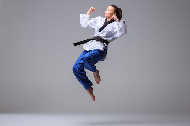 La chica de karate con cinturón negro Foto gratis