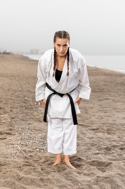 Chica de karate de tiro completo en traje de artes marciales Foto gratis