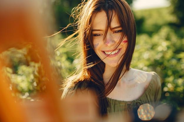 Chica linda y hermosa en un campo de verano Foto gratis