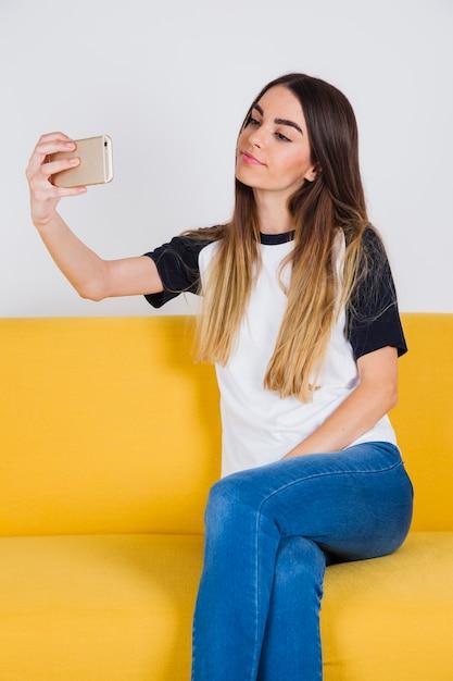 Chica linda y selfie Foto gratis