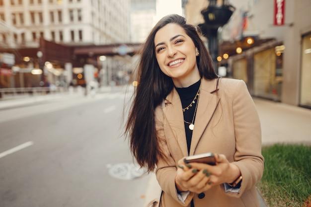 Chica de moda caminando en una ciudad de sping Foto gratis