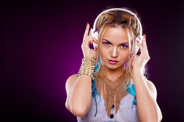 Chica de moda joven en estilo disco. escuchando música y disfrutando. estilo retro Foto Premium