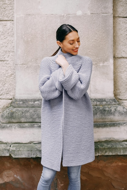 Chica de moda de pie en un autmncity Foto gratis